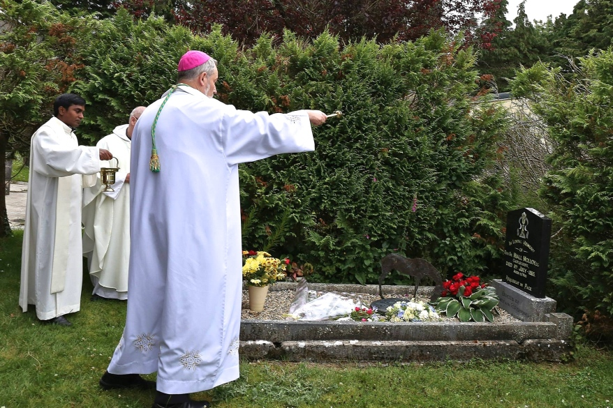 Bishop Kevin Doran blessing the grave of Fr Niall Molloy